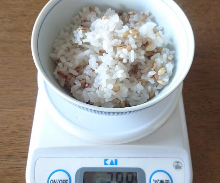 スーパー大麦ご飯の重さを計る