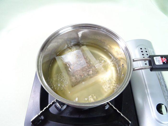 昆布たっぷりのだしパックを煮だす