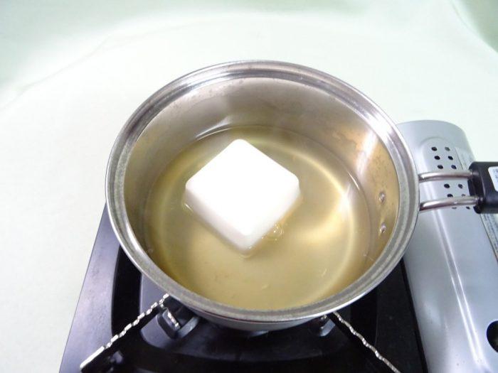 豆腐を煮込む